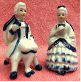 2 kleine Porzellan-Figuren - Frau und Mann auf einem Stuhl sitzen