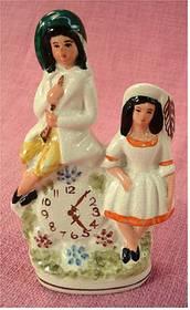 Wand-Keramik - 2 Frauen sitzen auf einer Uhr - 1950er Jahre