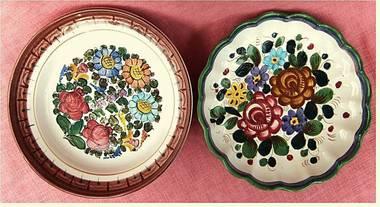 2 große Wandteller aus Keramik - mit Blumenmotiv - ca. 30 cm + 32