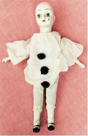 Puppe aus Teil-Porzellan - Im weißen Oberteil - leicht defekt