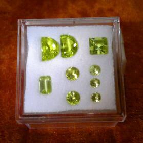 Leuchtend grünes Perdidot-Lot in diversen Schliffen! Top Color!
