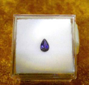 Iolith (Wassersaphir) im Tropfenschliff mit 0,35 ct.Tansanitfarbe