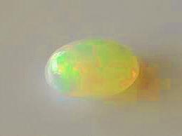 Sehr schöner Opal-Cabochon mit 0,35 Karat und tollem Farbenspiel
