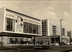 Berlin - Hauptstadt der DDR - Karl-Marx-Allee mit Kino 'Internati